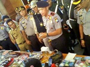 Brigjend Arman Depari menunjukkan barang bukti/AMOK