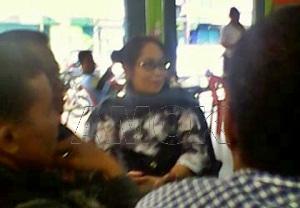 Fadillah Mallarangan(baju batik) kongkow di Warung Kopi/rudi
