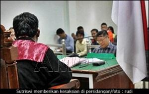 Sutriswi memberikan kesaksian di persidangan/rudi