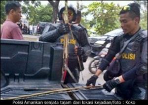 Polisi Mengamankan Senjata Tajam dari Lokasi Kejadian/AMOK