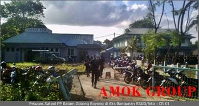 Petugas Satpol PP Batam Gotong Royong di Eks Bangunan RSUD