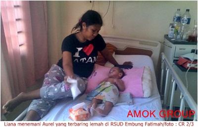 Liana menemani putrinya Aurel yang terbaring lemah di RSUD Embung Fatimah