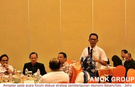 Amsakar Achmad pada acara forum diskusi strategi pembangunan ekonomi Batam
