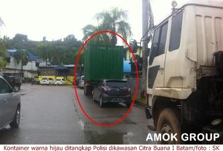 Kontainer berwarna hijau ditangkap Polisi karena diduga berisi beras ilegal