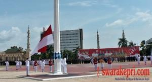 Paskibraka Mengibarkan Bendera Merah Putih