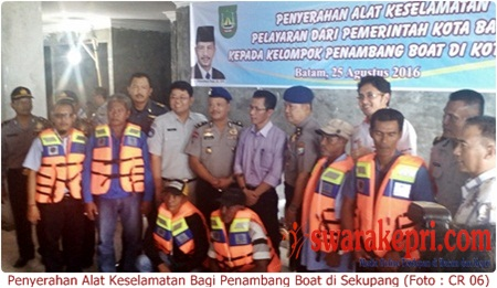 Pemko Batam Bagikan 224 Life Jacket Kepada Penambang Boat