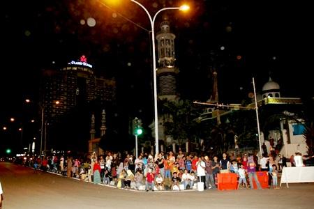 Antusias-Masyarakat Menyaksikan Pawai Takbir didepan Masjid Baitusyakur Nagoya
