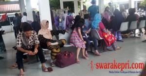 puluhan-keluarga-menunggu-kedatangan-jemaah-haji-batam