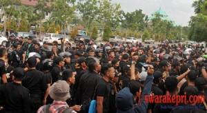 ratusan-satpol-pp-unjuk-rasa-di-depan-kantor-walikota-batam