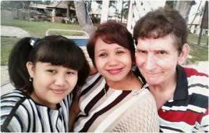 Rini Putri(tengah) bersama anak dan suami tercinta