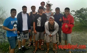 turis-asing-berfoto-bersama-dengan-warga-lokal