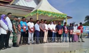 Foto Bersama Wali Kota dan unsur muspida Batam dengan warga Belakang Padang