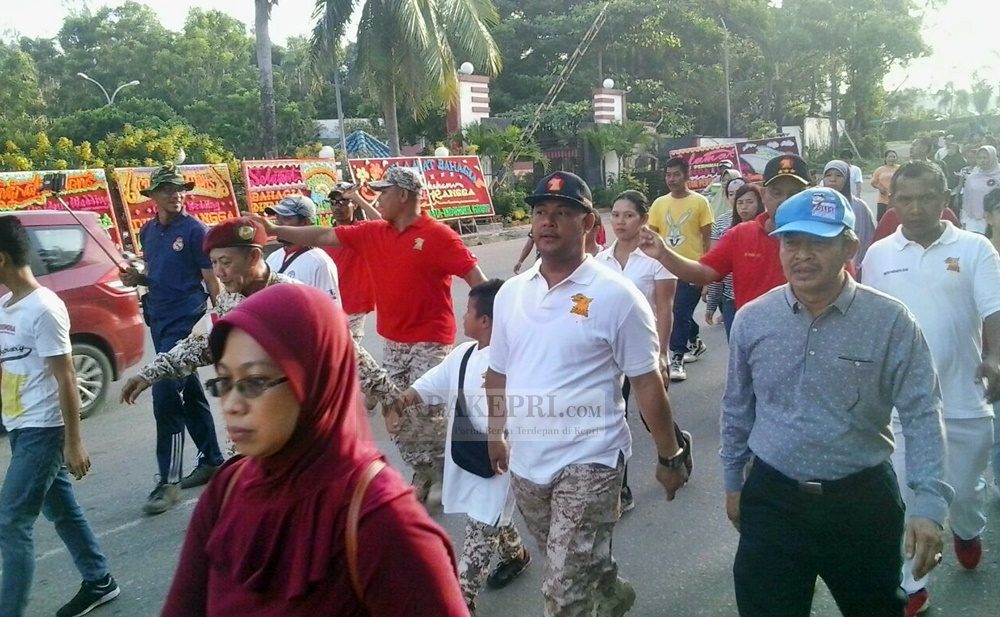 Iman Sutiawan bersama warga mengikuti jalan sehat Partai Gerindra