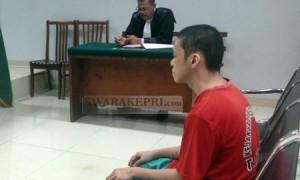 Terdakwa Noprizal duduk di kursi pesakitan Pengadilan Negeri Batam