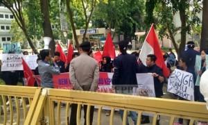 Unjuk Rasa BEM UNRIKA di depan Graha Kepri Batam Center