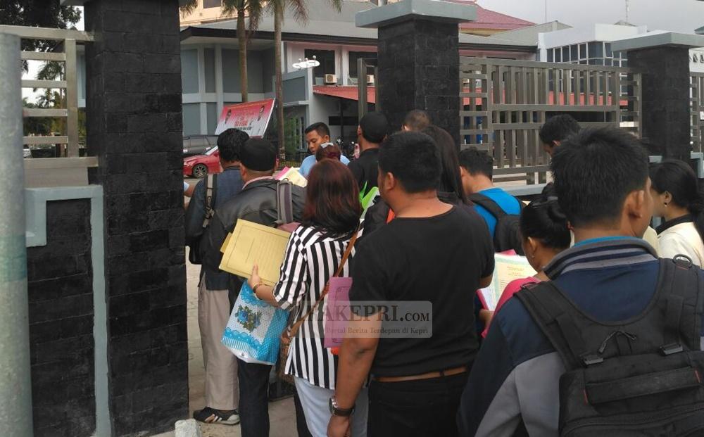 Antrian pengurusan paspor di kantor imigrasi batam1